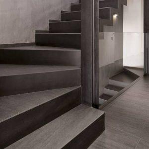 Escalera revestida de neolith basalt black Marmoleria Portaro Rosario